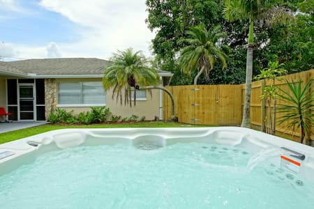 Sunny, bright rental! Cute, Modern, Bikes included - Fort Myers - Apartment