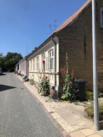Her ses husets facade ud mod vejen og de nye vinduer