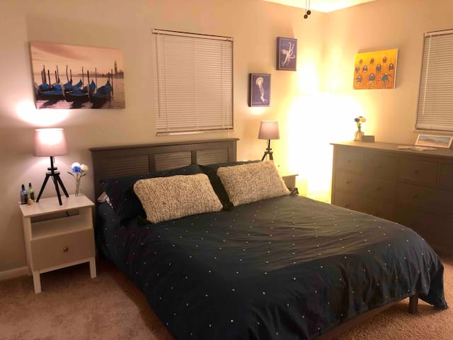Quiet room w private ensuite bath Central location