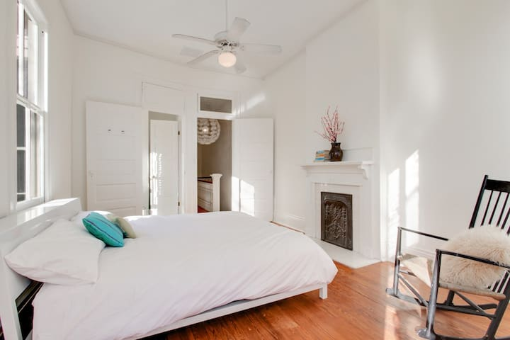 Bright, Beautiful Apt in Excellent Uptown Location