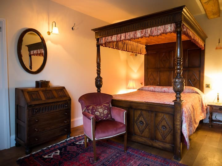 Four Poster Room at Wethele Manor