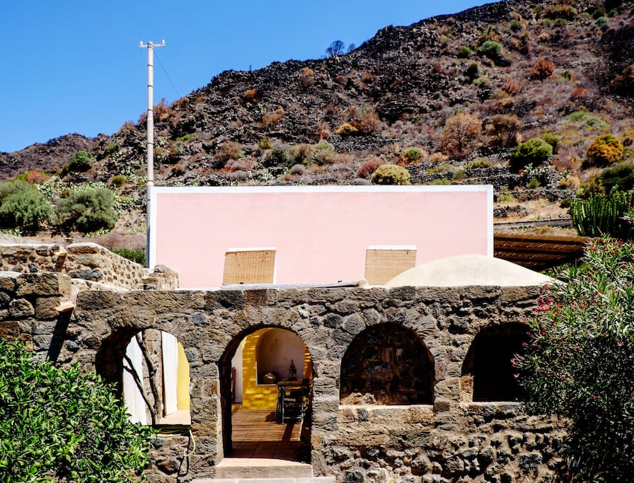 """Vista frontale di """"Tra cielo e terra 2"""" (la casa sottostante con il patio). Il dammuso rosa è """"Tra cielo e terra 1"""" (altro annuncio)."""