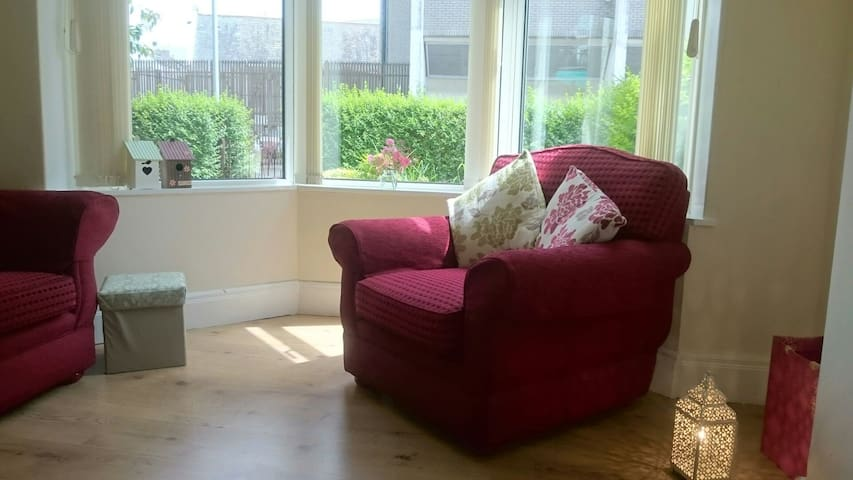Quiet 3 bedroom house near town centre - Bangor