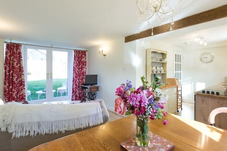 Cotswold village.   Alice's Loft. peaceful, cosy. - Stretton-on-Fosse - House