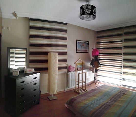 DENİZ MANZARALI VE BALKONLU ŞIK ODA - İzmir, TR - Lägenhet