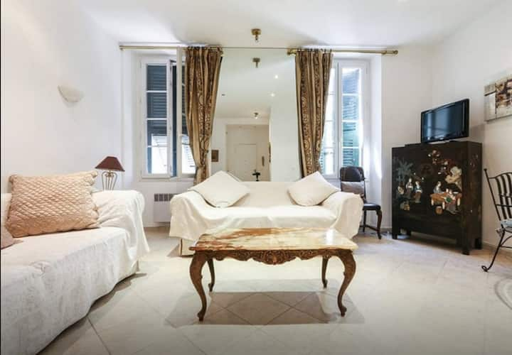 British Style and Central 1 Bedroom Rue Commandant André