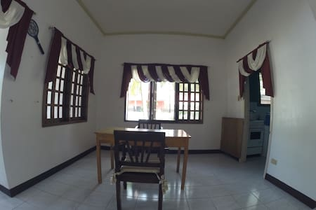 your home away from home - Moalboal - Dormitorio
