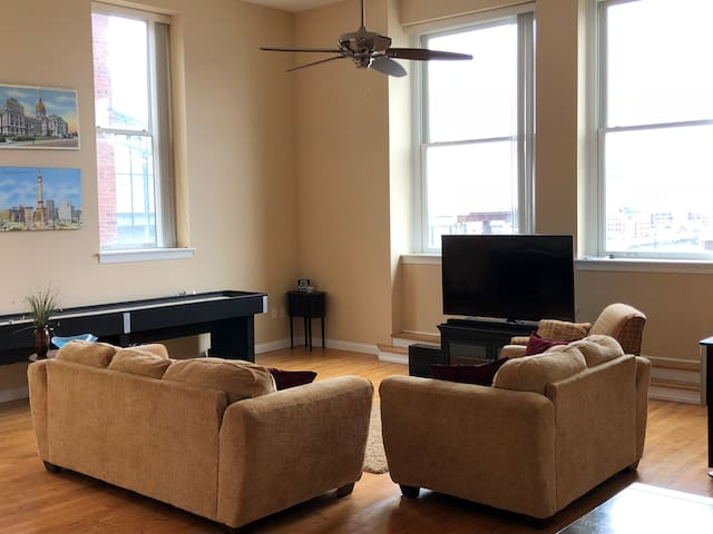 Spacious 3BD Condo at Meridian and Georgia