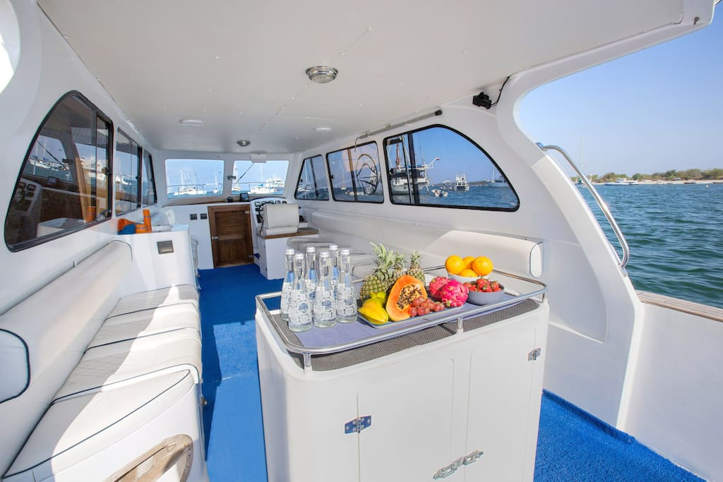 Confortable day aboard with fruits, snacks, sodas... included