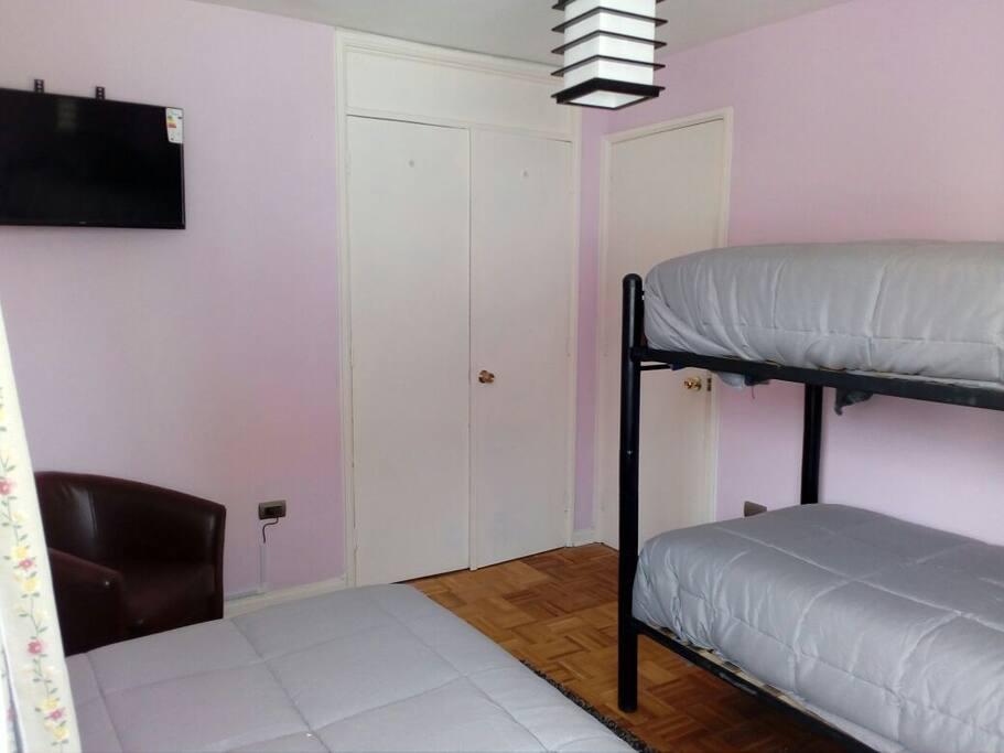habitacion tres camas,sillon ,television ,tv cable,wifi.baño compartido.desayuno continental