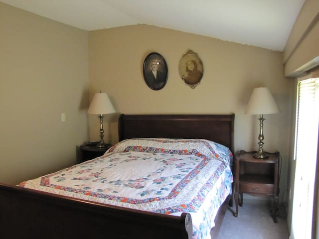 First Vineyard Winery/Sugar Creek B & B, Room 1 - Nicholasville - Bed & Breakfast