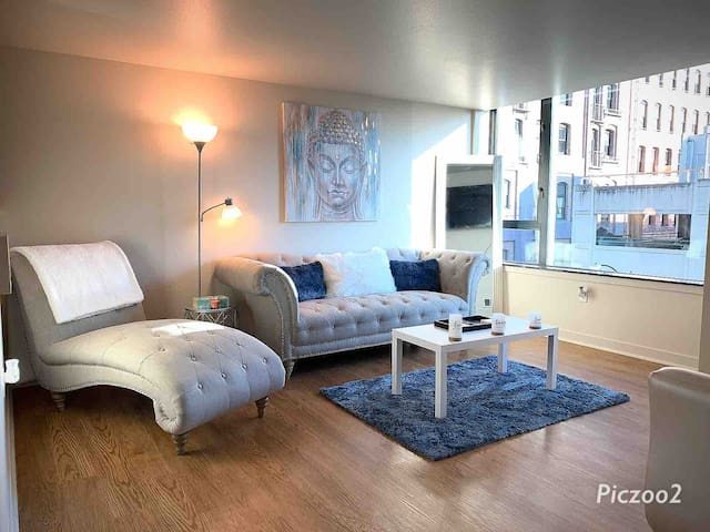 LOVELY 1 BEDROOM W/ BALCONY (HEART OF SEATTLE)