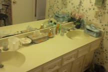 Separate double-sink vanity area