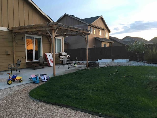 Two twin beds, safe neighborhood, close to Springs