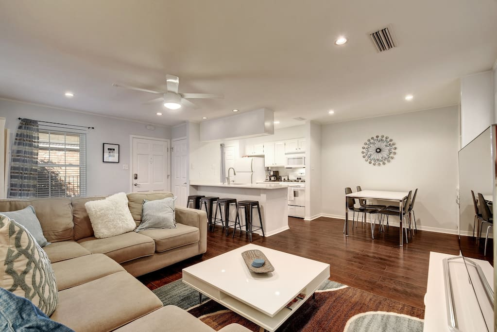 Open floor plan with welcoming living area. Professionally cleaned by TurnKey. Dedicated local team on duty 24/7.