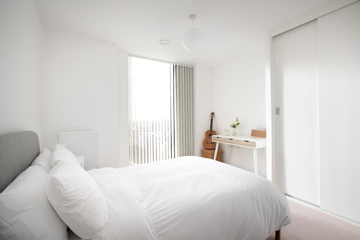 Modern 2 bed for 4 guests - 15 mins to LDN Bridge!