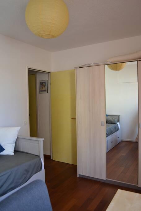 Chambre avec penderie et armoire