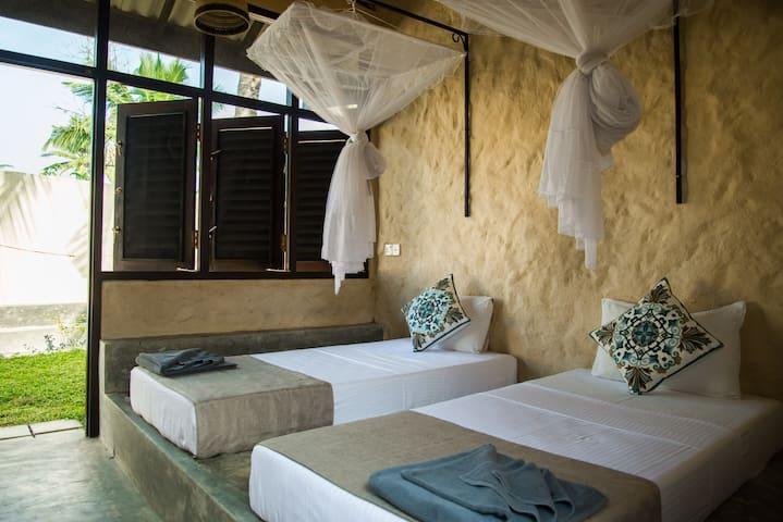 Twin Room w/ Ensuite Bathroom - Lime & Co Midi