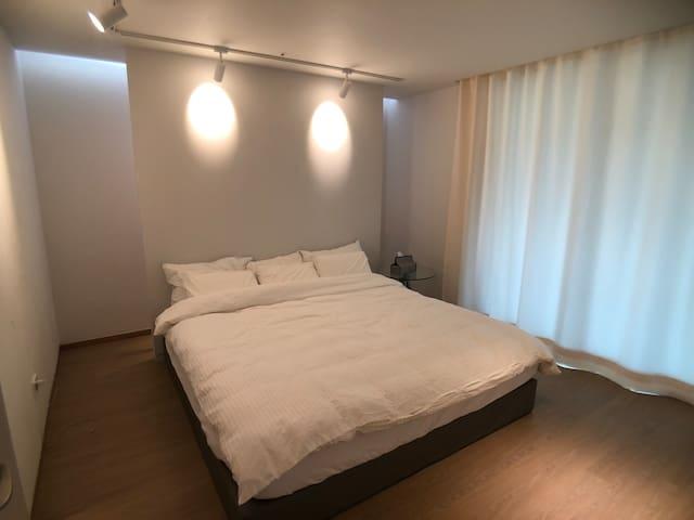 안방: 킹사이즈 침대 /  king size bed in master bedroom