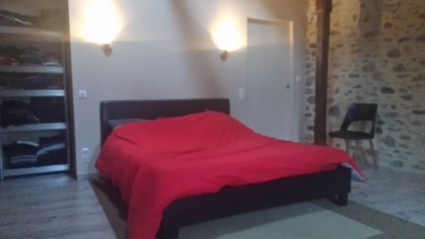 chambre avec lit double a saint geniez d'olt
