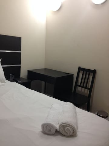 DOUBLE BED ROOM IN NEW GLOBE HOTEL @ MILE END - Londra - Bed & Breakfast