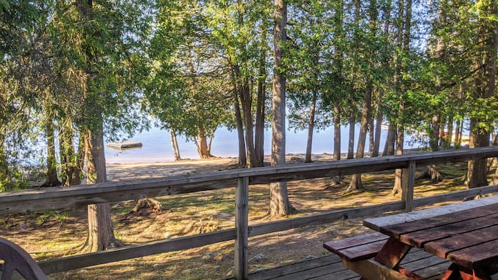 Outstanding, beachfront cottage on Wolfe Lake