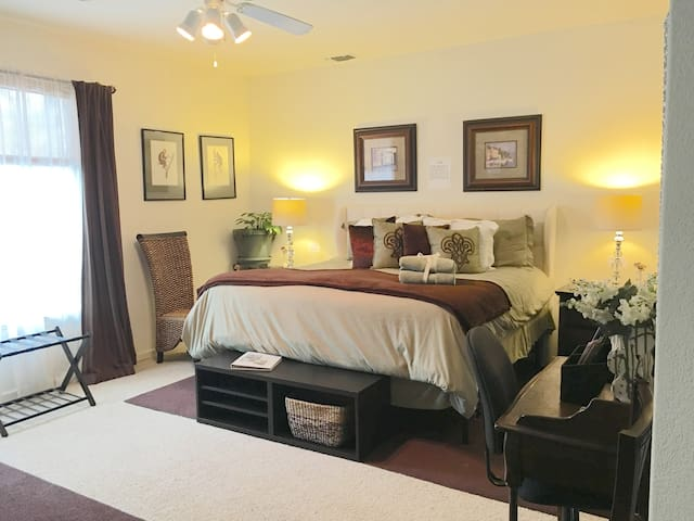Garden Suite w/Pool, Private Bath & Kitchenette