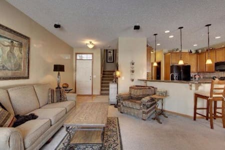 Chanhassen townhome near Paisley Park - Townhouse