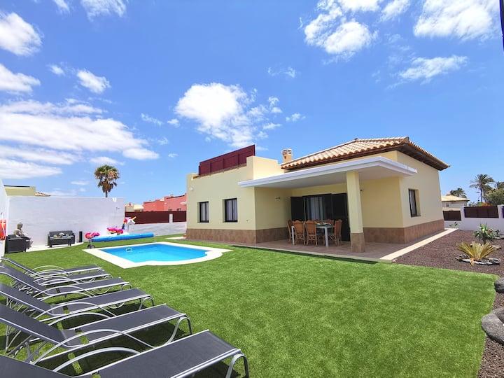 Villa con piscina, vista mar y a 5min de la playa