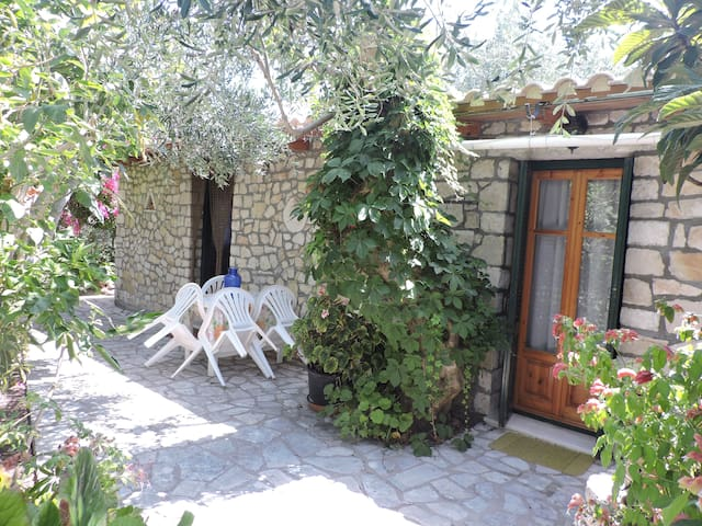 Cozy Stone House-in Gaios