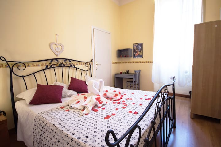 TWIN OR DOUBLE ROOM  NEAR COLISEUM +PRIVATE WC