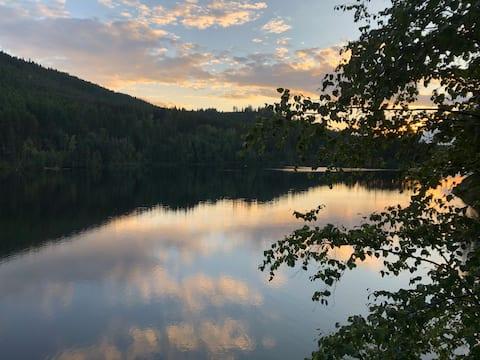 Cozy Lakefront Cabin Retreat