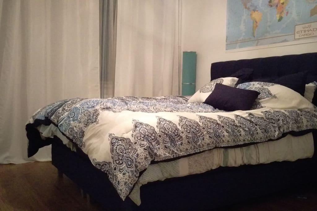 Schlafzimmer mit Queen Size Boxspringbett
