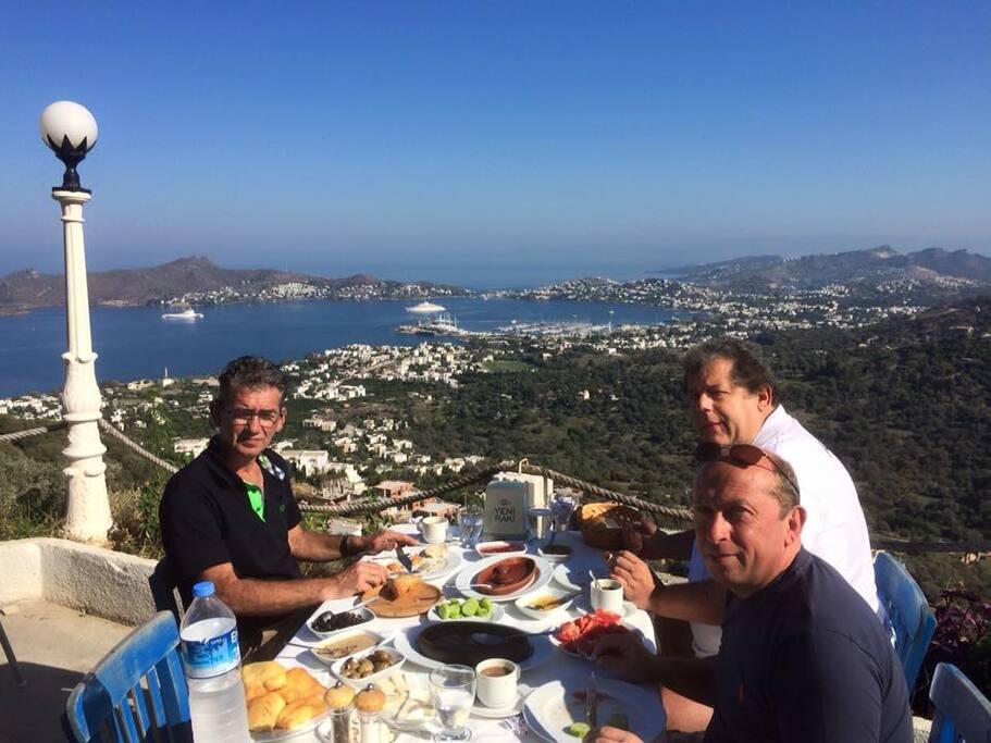 une super vue du village de ciris ou on peut prendre le petit déjeuner a 3 km de la villa super accueil