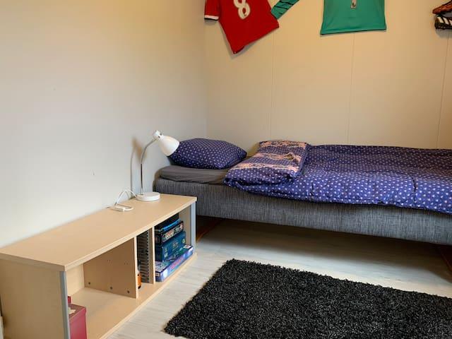 Soverom med enkeltseng pluss en ekstra madrass tilgjengelig.
