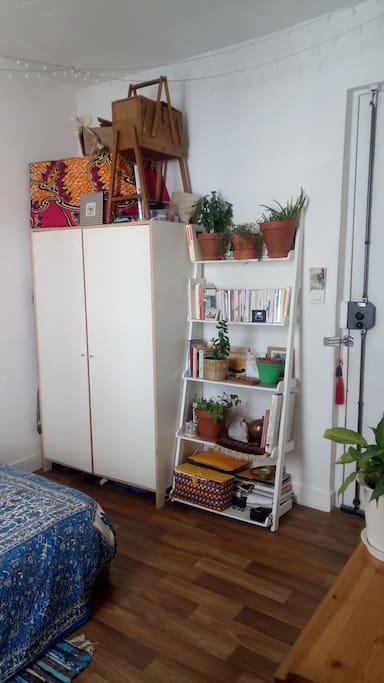 Chambre, penderie et plantes