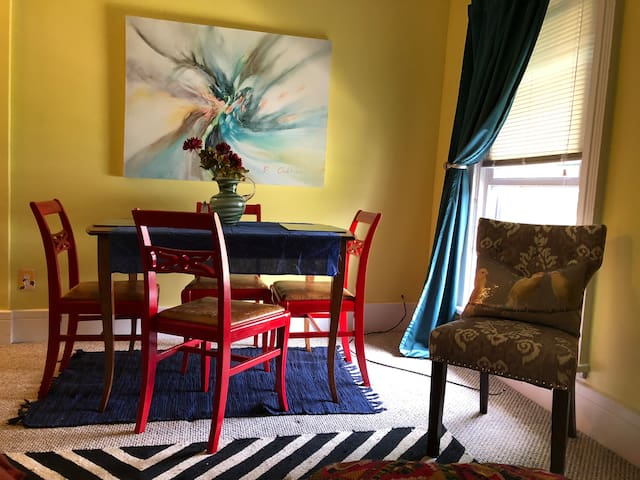 Art filled Apartment in lively Westside