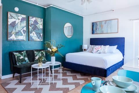 Art Deco Tropical Studio Seconds to the Beach