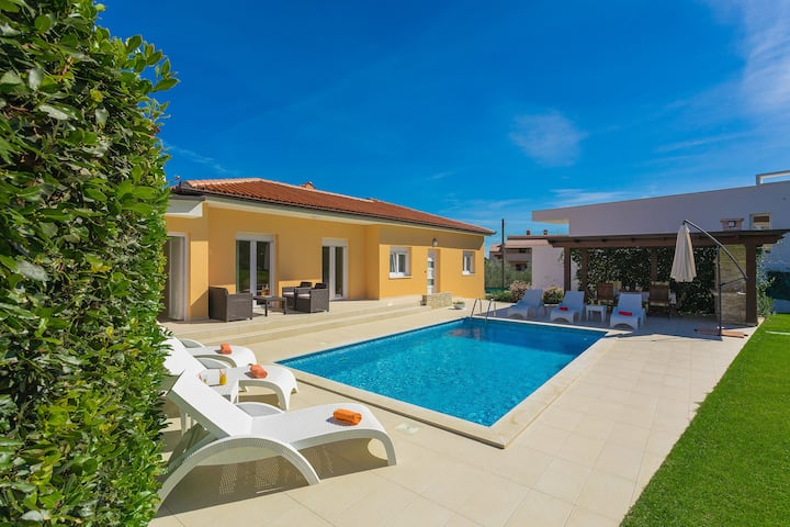 Villa Lorin, villa with heated pool and big garden