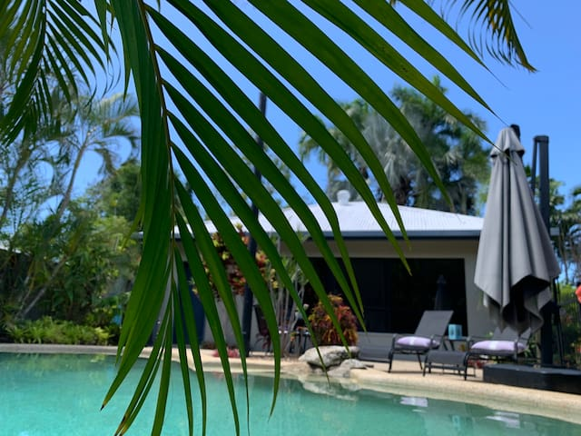Beach House Hideaway+POOL🌴3min to beach🐚free Wifi🦋