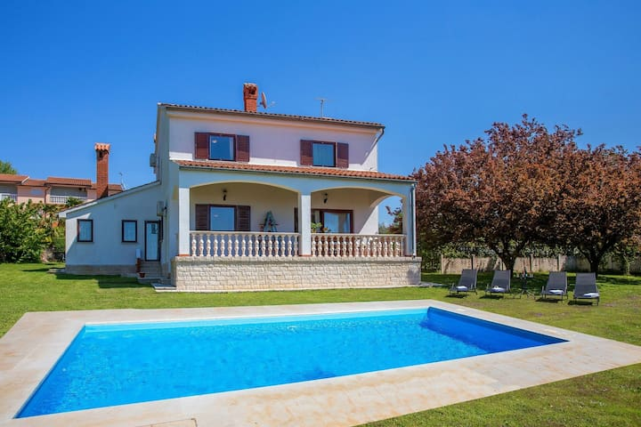 Lovely villa with a large garden, a private pool and panoramic view