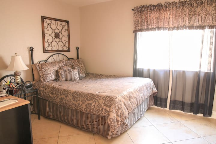 PRIVATE BEDROOM & BATH WITH CONTINENTAL BREAKFAST!