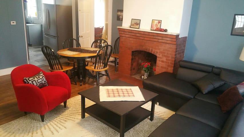 Sunny 2 Bedroom Apartment in old Victorian.