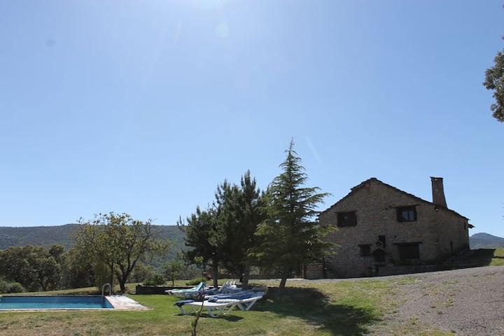 Casa de montaña con vistas, piscina y barbacoa.