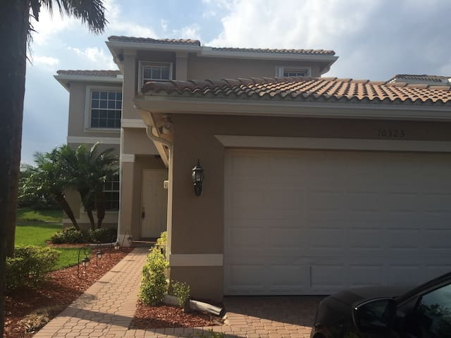 Resort-Style, Detached Lakefront - Fort Myers - House
