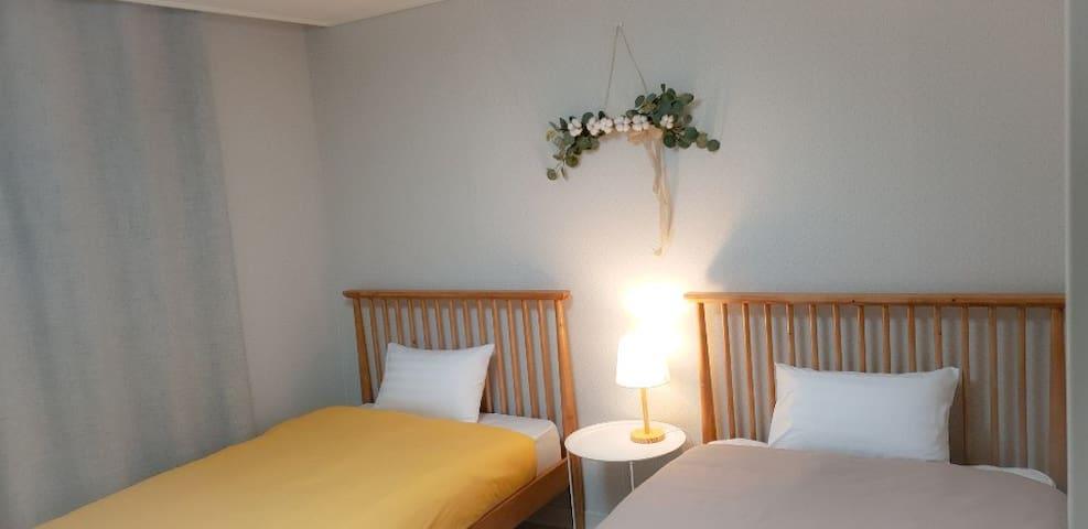 2번 Room -편안한 잠자리를 위한 슈퍼싱글침대 2 (참고: 침구류 디자인은 매번 바뀝니다)