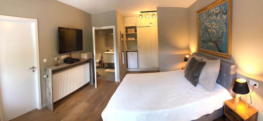 Chambre de luxe avec salle de bain privée et accès immédiat parking