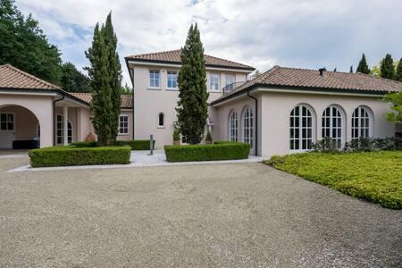 Top apartment in attractive Mediterranean villa