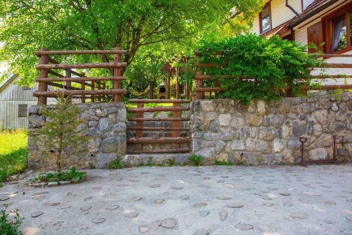 Kuća smještena u Etno selu, u idiličnom okruženju.