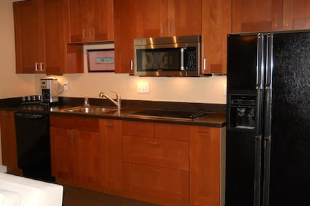 Furnished studio apartment, garage! - Milwaukie - Apartment